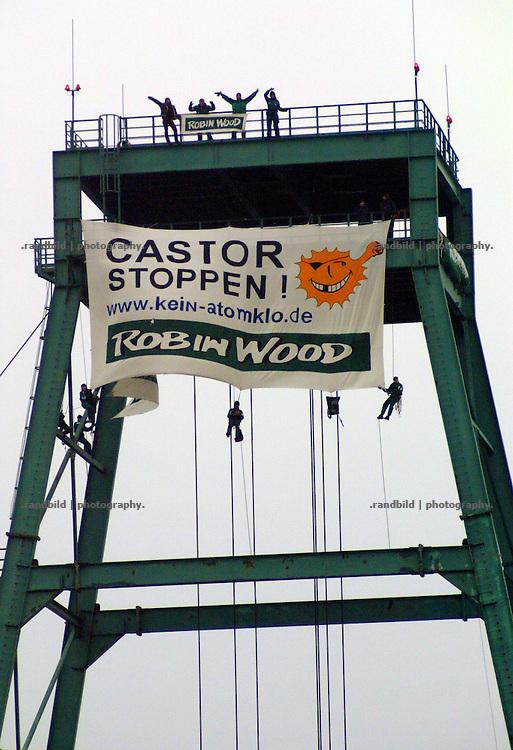Obwohl zu dieser Zeit Hunderte Polizisten im Erkundungsberwerg wegegen eines Castor-grosseinsatzes untergebracht sind, gelang Aktivisten der Umweltgruppe Robin Wood die Besetzung des Schachtturm 2 in Gorleben.
