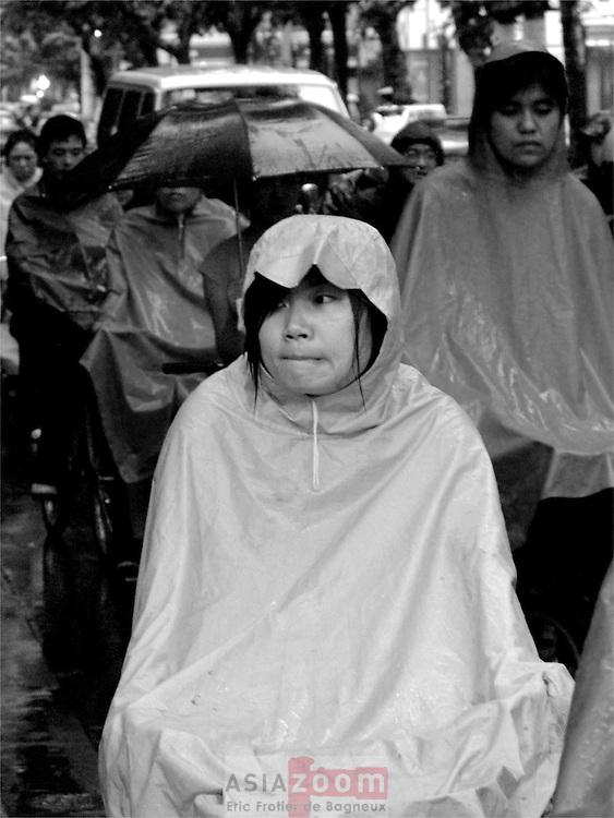 En vélo sous la pluie a Shanghai en Chine, Juin 2006