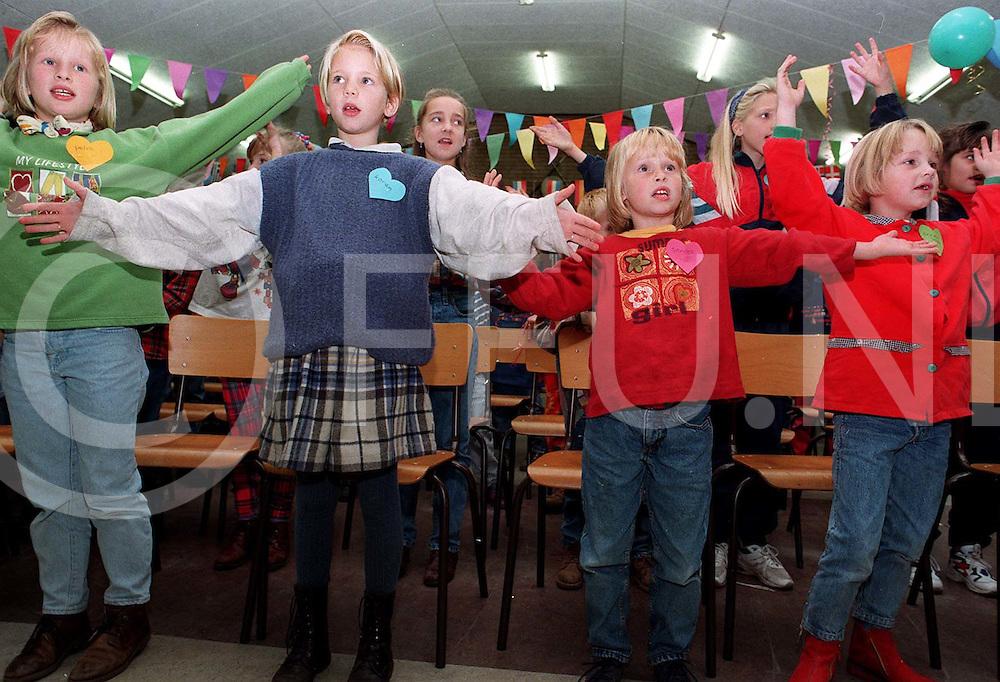 nieuwleusen: zingende kinderen in het cresendo gebouw tijdens speelativiteiten..foto frank uijlenbroek©1996/dio ramos-cruz