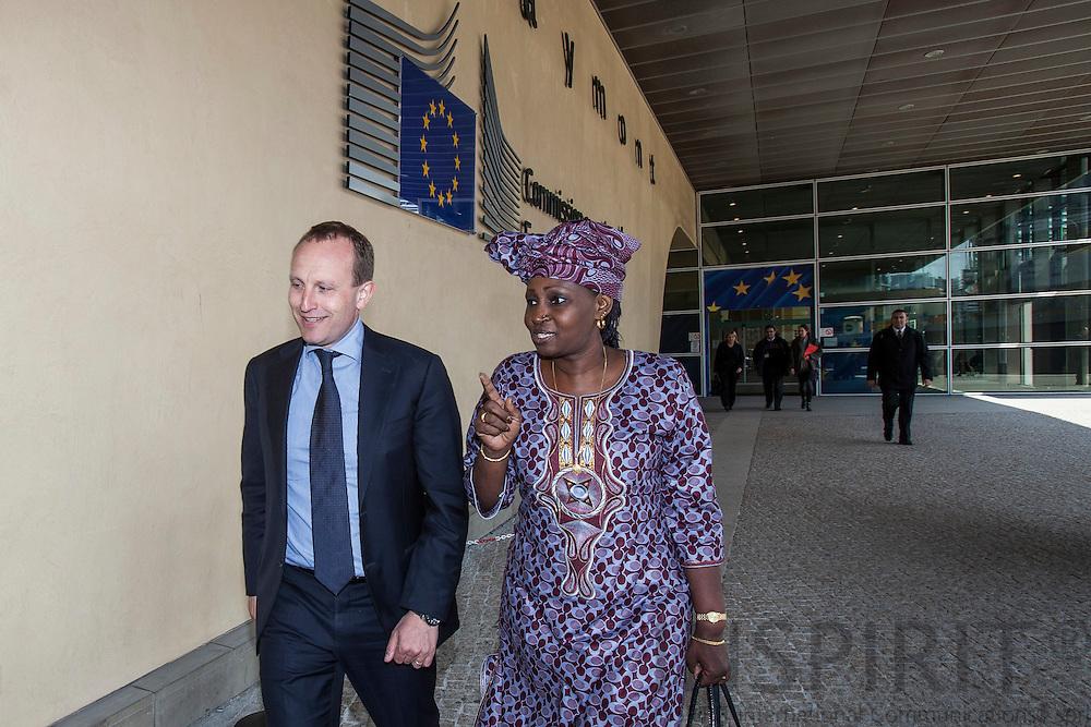 Klimaminister Martin Lidegaard og Gambias miljøminister Fatou Gaye ved Europa-Kommissionens bygning Berlaymont i Bruxelles den 7 maj 2012. Foto: Erik Luntang / INSPIRIT PHOTO