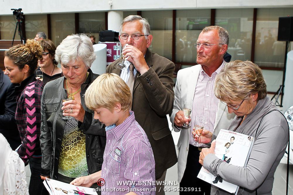 NLD/Utrecht/20100607 - Presentatie tijdschrift Helden nr.5, Annemarie van der Sar - van Kesteren en ouders en schoonouders