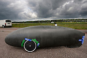 De driewielige Cygnus. Het Nederlandse team van Cygnus test op de testbaan van de RDW in Lelystad de fiets waarmee ze een record willen gaan rijden.<br />