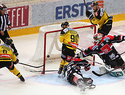 03.03.2017, Albert Schultz Halle, Wien, AUT, EBEL, UPC Vienna Capitals vs HC TWK Innsbruck Die Haie, Playoff, im Bild Tor fuer die Capitals durch David Rotter (UPC Vienna Capitals), Kelsey Tessier (UPC Vienna Capitals), Tyler Spurgeon (HC TWK Innsbruck Die Haie), Andy Chiodo (HC TWK Innsbruck Die Haie) und Macgregor Sharp (UPC Vienna Capitals) // during the Erste Bank Icehockey League playoff match between UPC Vienna Capitals and HC TWK Innsbruck Die Haie at the Albert Schultz Ice Arena, Vienna, Austria on 2017/03/03. EXPA Pictures © 2017, PhotoCredit: EXPA/ Thomas Haumer