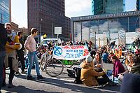 DEU, Deutschland, Germany, Berlin, 07.10.2019: Kundgebung der Aktivisten von Extinction Rebellion (XR) mit einer Strassenblockade am Potsdamer Platz. Die Umweltschützer wollen mit zahlreichen Aktionen und Blockaden in der Stadt auf ihr Anliegen einer strengeren Klimapolitik aufmerksam machen.