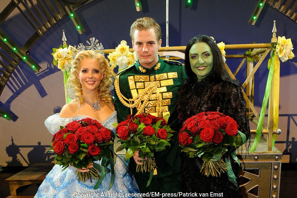 Premiere musical Wicked in het Circus Theater, Scheveningen.<br /> <br /> Op de foto:   Chantal Janzen, Willemijn Verkaik, en Jim Bakkum