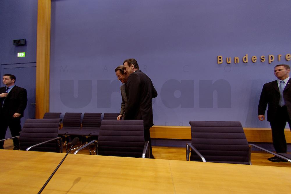 06 FEB 2004, BERLIN/GERMANY:<br /> Franz Muentefering (L), SPD Fraktionsvorsitzender, und Gerhard Schroeder (M), SPD, Bundeskanzler und SPD Parteivorsitzender, verlassen den Saal nach Ende der Pressekonferenz zur Bekanntgabe von Schroeders Ruecktritt vom Parteivorsitz, Bundespressekonferenz<br /> IMAGE: 20040206-03-042<br /> KEYWORDS: Gerhard Schr&ouml;der, Franz M&uuml;ntefering, BPK, R&uuml;cktritt,