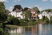 Aussenalster, Feenteich, Villen am Wasser, Hamburg, Deutschland.|.Aussenalster, Feenteich, Villas near lake, Hamburg, Germany.