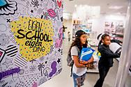 ROTTERDAM kinderen , kopen schollspullen in de hema school afdeling voor na de vakantie de scholen gaan weer beginnen. middelbare bassischool , economie winklen, winkels , ROBIN UTRECHT