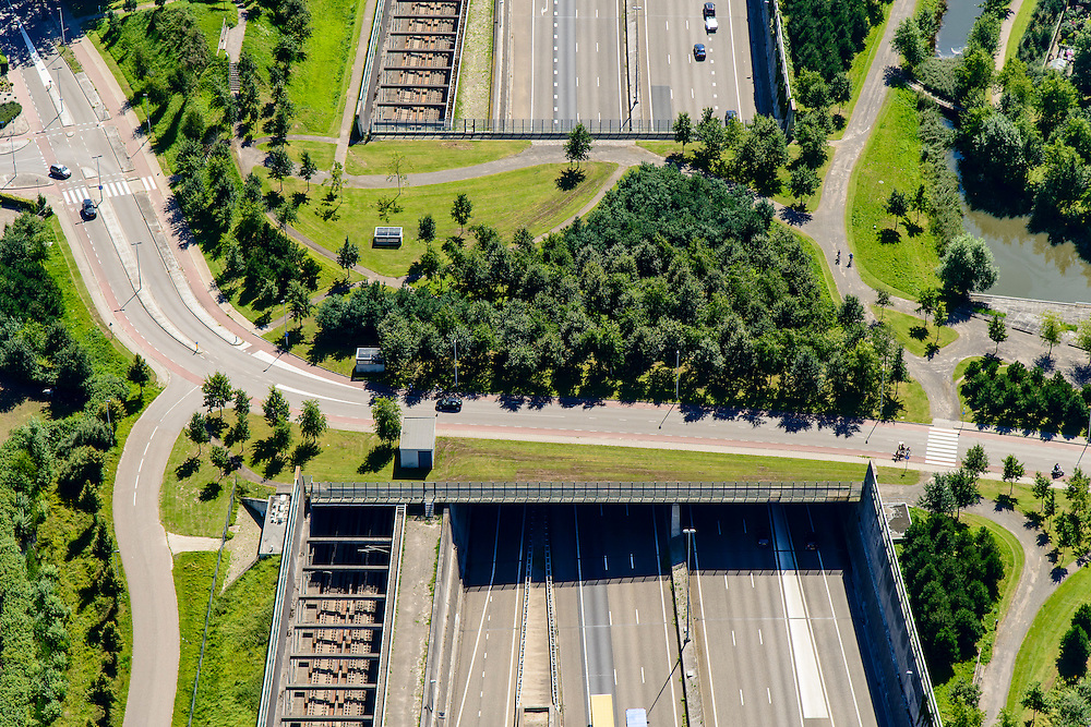 Nederland, Noord-Brabant, Breda, 23-08-2016; Prinsenbeek. Infrabundel, combinatie van autosnelweg A16 gebundeld met de spoorlijn van de HSL (re), stadsduct  Valdijk. De bundel loopt in tunnelbakken, lokale wegen gaan over deze infrabundel heen, door middel van de zogenaamde stadsducten, gedeeltelijk ingericht als stadspark.<br /> Combination of motorway A16 and the HST railroad, crossed by local roads by means of *urban ducts*, partly designed as public  parks.<br /> luchtfoto (toeslag op standard tarieven);<br /> aerial photo (additional fee required);<br /> copyright foto/photo Siebe Swart