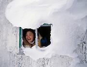 Nunavik, Grand Nord du Que?bec. Lors d'une expe?dition d'initiation a? la chasse avec de jeunes Inuit, ne jeune adolescente rieuse regarde par la fene?tre d'une cabane abandonne?e ayant de?ja? servie d'abris aux mineurs de Raglan pre?s du village de Kangiqsujuaq.