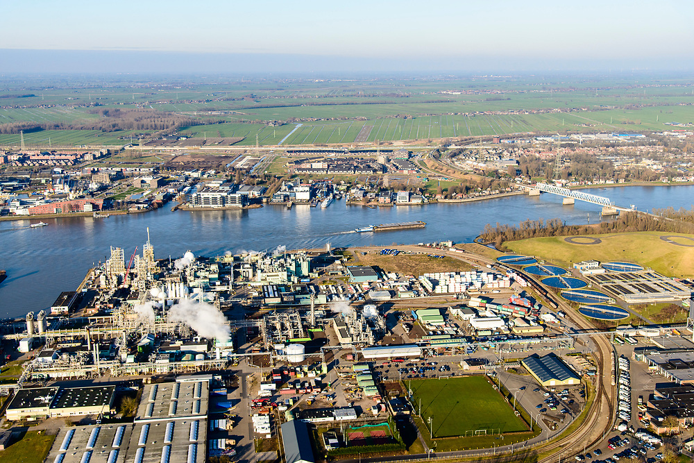 Nederland, Zuid-Holland, Dordrecht, 07-02-2018; Industriegebied Staart met fabriekscomplex van chemiebedrijf Chemours Netherlands B.V. Productielocatie van fluorpolymeren (zoals teflon). Bij de productie wordt gebruikt gemaakt van GenX-technologie, uitstoot van chemie uit dit proces is belastend voor milieu.<br /> Chemours Netherlands B.V., production location of fluoropolymers (such as teflon). GenX technology is used in the production, and chemical emissions from this process are harmful to the environment.<br /> luchtfoto (toeslag op standard tarieven);<br /> aerial photo (additional fee required);<br /> copyright foto/photo Siebe Swart