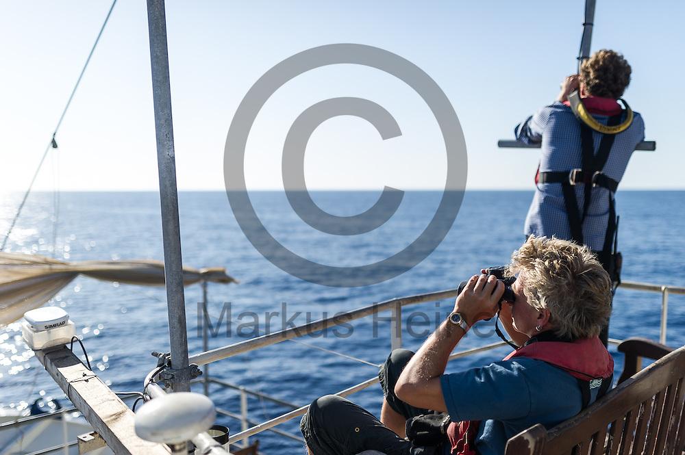 Der Bordarzt Frank Doerner (vorne) und der Elektriker Arne Kla&szlig; halten am 22.09.2016 auf dem Fluechtlingsrettungsboot Sea-Watch 2 in internationalen Gewaessern vor der libyschen Kueste Ausschau nach Booten mit Fluechtlingen die von der ibyschen Kueste starten. Foto: Markus Heine / heineimaging<br /> <br /> ------------------------------<br /> <br /> Veroeffentlichung nur mit Fotografennennung, sowie gegen Honorar und Belegexemplar.<br /> <br /> Publication only with photographers nomination and against payment and specimen copy.<br /> <br /> Bankverbindung:<br /> IBAN: DE65660908000004437497<br /> BIC CODE: GENODE61BBB<br /> Badische Beamten Bank Karlsruhe<br /> <br /> USt-IdNr: DE291853306<br /> <br /> Please note:<br /> All rights reserved! Don't publish without copyright!<br /> <br /> Stand: 09.2016<br /> <br /> ------------------------------