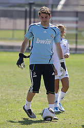 06.08.2010, los Angeles, ITA, USA, Real Madrid Training, Players attend a clinic with childre, im Bild Iker Casillas, EXPA Pictures © 2010, PhotoCredit: EXPA/ Alterphotos/ Santiago +++++ ATTENTION - OUT OF SPAIN +++++ / SPORTIDA PHOTO AGENCY
