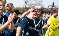 AMSTELVEEN -  Hockey Hoofdklasse heren Pinoke-Amsterdam (3-6).  een geëmotioneerde  Dennis Warmerdam (Pinoke) , die  vanwege kanker en een tumor in zijn arm, zijn hockeycarrière moet beëindigen ,   na afloop van de wedstrijd tegen A'dam.  met Marlon Landbrug (Pinoke) .  COPYRIGHT KOEN SUYK