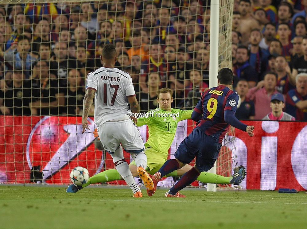 06.05.2015. Nou Camp, Barcelona, Spain, UEFA Champions League semi-final. Barcelona versus Bayern Munich. Goalie Manuel Neuer (Bayern) saves from Luis Suarez (Barcelona).