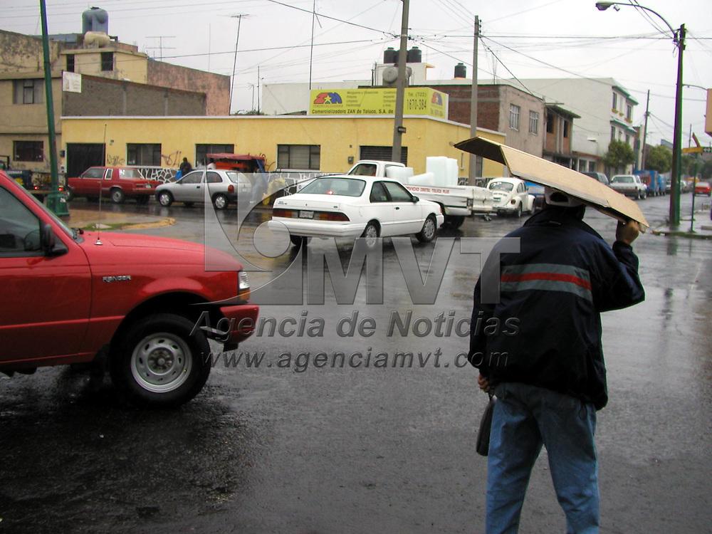 Toluca, M&eacute;x.- El d&iacute;a de ayer las personas de esta Ciudad amanecieron bajo una fuerte lluvia que duro gran parte de la ma&ntilde;ana. Agencia MVT / Miguel Angel V&aacute;zquez. (DIGITAL)<br /><br />NO ARCHIVAR - NO ARCHIVE