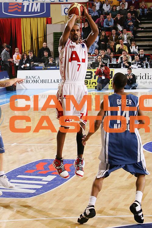 DESCRIZIONE : Forli Lega A1 2005-06 Coppa Italia Final Eight Tim Cup Carpisa Napoli Armani Jeans Milano <br /> GIOCATORE : Shumpert <br /> SQUADRA : Armani Jeans Milano <br /> EVENTO : Campionato Lega A1 2005-2006 Coppa Italia Final Eight Tim Cup Quarti Finale <br /> GARA : Carpisa Napoli Armani Jeans Milano <br /> DATA : 17/02/2006 <br /> CATEGORIA : Tiro <br /> SPORT : Pallacanestro <br /> AUTORE : Agenzia Ciamillo-Castoria/S.Silvestri <br /> Galleria : Coppa Italia 2005-2006 <br /> Fotonotizia : Forli Campionato Italiano Lega A1 2005-2006 Coppa Italia Final Eight Tim Cup Quarti Finale Carpisa Napoli Armani Jeans Milano <br /> Predefinita :
