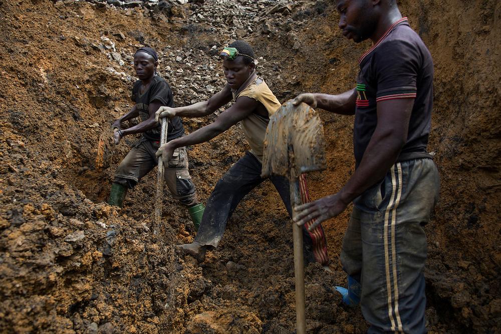 Luntukulu, Congo<br /> <br /> Allt arbete i tennmalms gruvan sker f&ouml;r hand. Varje stenblock bankas s&ouml;nder till sm&aring;grus f&ouml;r att senare vaska fram tennmalmen.<br /> P&aring; bilden gr&auml;ver man f&ouml;r ett nytt gruvh&aring;l.<br /> <br /> Photo: Niclas Hammarstr&ouml;m