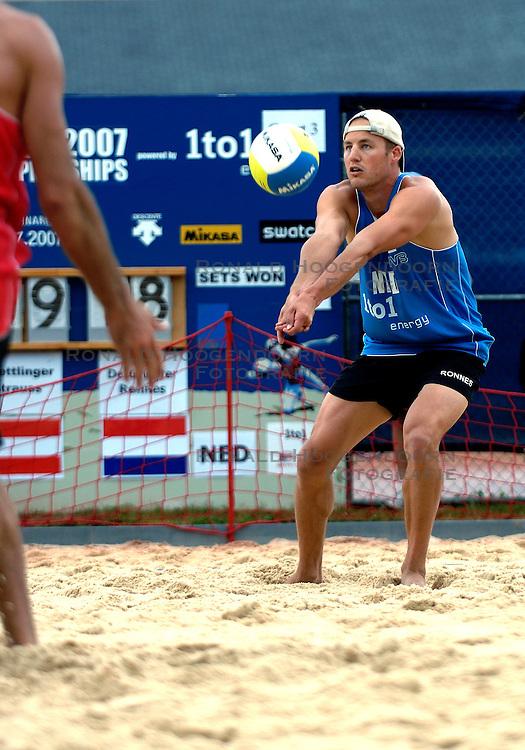 24-07-2007 VOLLEYBAL: WK BEACHVOLLEYBAL: GSTAAD<br /> Gijs Ronnes - actie beachvolley<br /> &copy;2007-WWW.FOTOHOOGENDOORN.NL