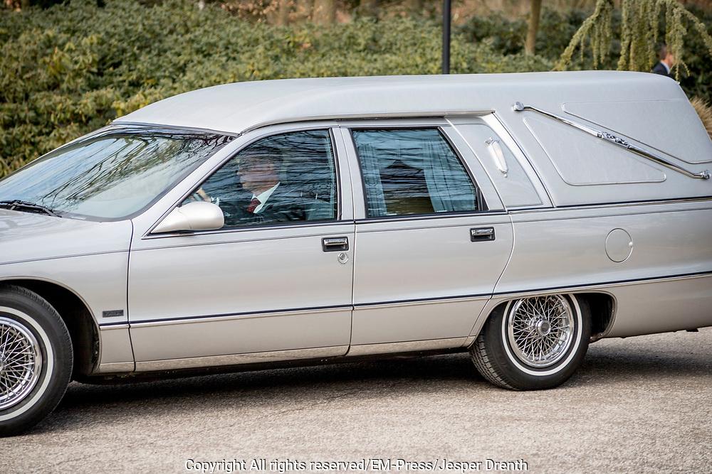 Uitvaart Mies Bouwman in een crematorium in Leusden.<br /> <br /> Op de foto:  Rouwstoet komt aan bij Crematorium