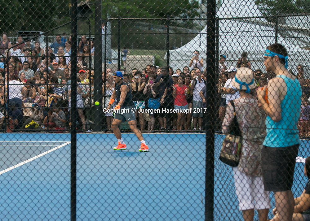 RAFAEL NADAL (ESP), Training,Zuschauer,Fans hinter Drahtzaun ,<br /> <br /> Tennis - Brisbane International  2017 - ATP -  Pat Rafter Arena - Brisbane - QLD - Australia  - 2 January 2017. <br /> &copy; Juergen Hasenkopf