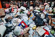 Napoli, Italia - 3 novembre 2010. Passeggeri di un pulman sono sommersi da un enorme cumulo di spazzatura non raccolta nel centro di Napoli..Ph. Roberto Salomone Ag. Controluce.ITALY - A huge pile of uncollected garbage is seen downtown Naples on November 3, 2010.