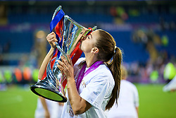 CARDIFF, WALES - Thursday, June 1, 2017: Olympique Lyonnais' Alex Morgan celebrates by kissing the trophy after winning the UEFA Women's Champions League Final between Olympique Lyonnais and Paris Saint-Germain FC at the Cardiff City Stadium. (Pic by David Rawcliffe/Propaganda)