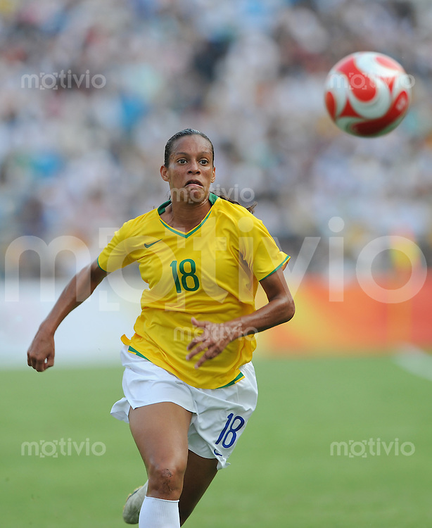 Olympia 2008  Peking  Fussball  Frauen   12.08.2008 Nigeria - Brasilien ROSANA (BRA) am Ball.