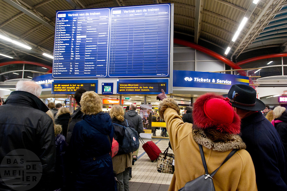 Reizigers zoeken naar informatie in de stationshal van Utrecht CS. Door de hevige sneeuwval is het treinverkeer ernstig ontregeld, ondanks de voorbereidingen van de NS en ProRail.<br /> <br /> Passengers are trying to find some information when their train will leave. Due to the snow the schedule of the Dutch railways is badly disordered, in spite of the precautions NS and ProRail took earlier this year.