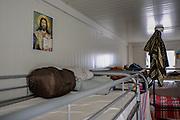 Malta, Hal Far. Open Center. Il'interso dei containers usati per alloggiare gl'immigrati di cui una minoranza di religione cattolica