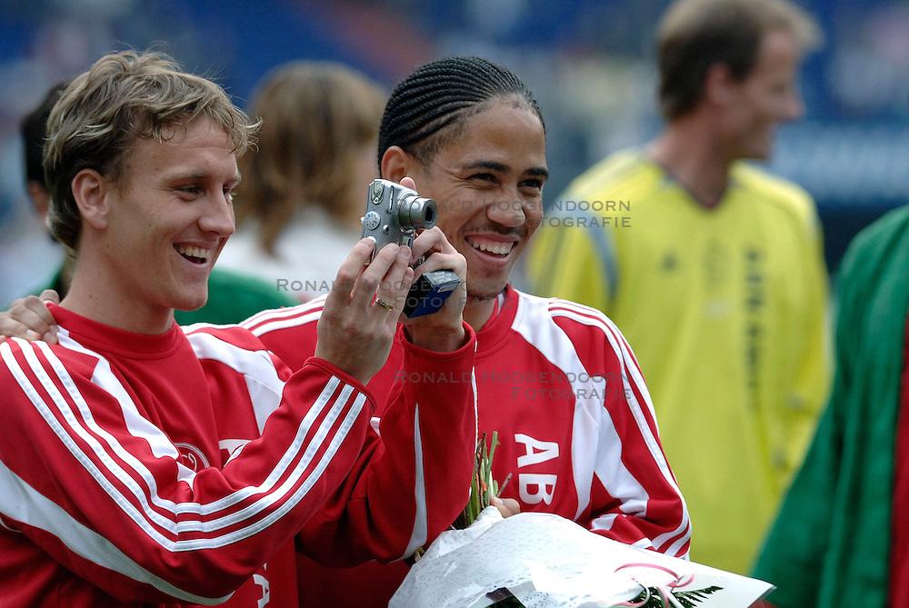 07-05-2006 VOETBAL: FINALE GATORADE CUP: AJAX - PSV: ROTTERDAM<br /> Nicolae Mitea en Steven Pienaar<br /> &copy;2006-WWW.FOTOHOOGENDOORN.NL