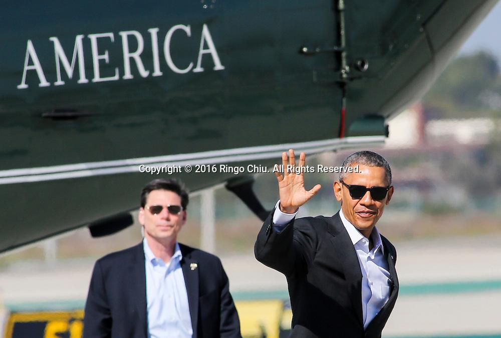 2月12日,美国总统奥巴马乘海军一号抵达加州洛杉矶国际机场。他将转乘空军一号前往兰丘米拉奇(Rancho Mirage)「阳光之乡」安纳伯格庄会同国务卿约翰&middot;克里出席下星期一、二举行的美国与东盟峰会。白宫形容这项美国总统与东盟十国领袖的首次峰会为史无前例,指此举将进一步推展奥巴马「重新平衡」美国对亚洲外交政策。新华社发(赵汉荣摄)<br /> President Barack Obama waves as he walks from Marine One to Air Force One at Los Angeles International Airport in Los Angeles, the United States, on Friday, Feb 12, 2016, en route to Palm Springs in advance of a summit of Asian leaders on Monday and Tuesday, which the president will host at Sunnylands resort in Rancho Mirage. Obama will be joined by Secretary of State John Kerry at Sunnylands for the gathering of leaders from the Association of Southeast Asian Nations. The summit is aimed at strengthening the new U.S.-ASEAN strategic partnership, forged last November during a presidential trip to Malaysia.  (Xinhua/Zhao Hanrong)(Photo by Ringo Chiu/PHOTOFORMULA.com)<br /> <br /> Usage Notes: This content is intended for editorial use only. For other uses, additional clearances may be required.