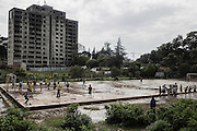Una partita in un campo da calcio tra gli edifici in costruzione , Addis Ababa 13 settembre 2014.  Christian Mantuano / OneShot <br /> <br /> Playing field between the buildings under construction, Addis Ababa, 13 september 2014