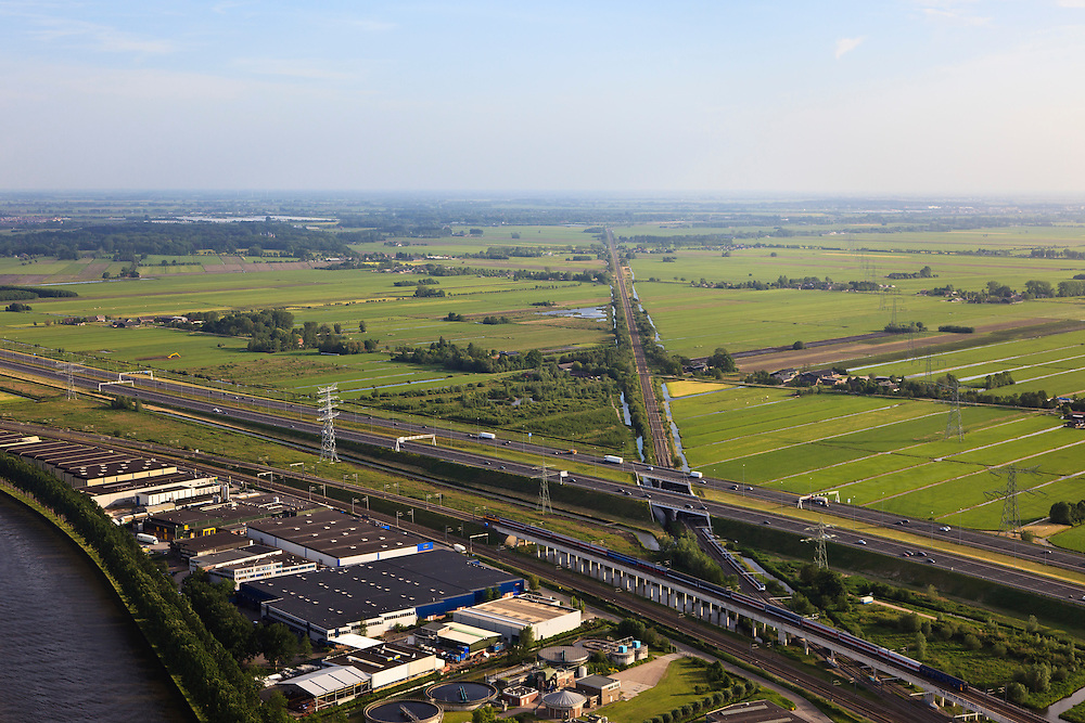 Nederland, Utrecht, Breukelen, 23-05-2011; A2 met spoorkruising Amsterdam-Woerden en Amsterdam-Utrecht. Two railroads crossing each other as well as the motorway A2.  .luchtfoto (toeslag), aerial photo (additional fee required).copyright foto/photo Siebe Swart