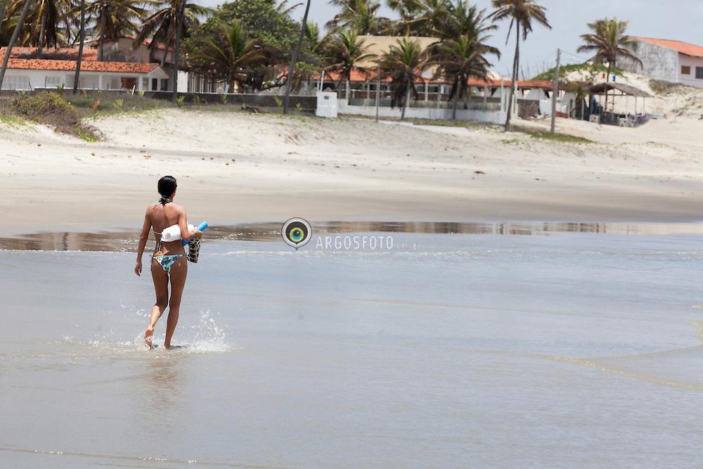 Mulher caminhando na praia de Pitangui./ Woman walking in Pitangui Beach. Rio Grande do Norte, Brasil.