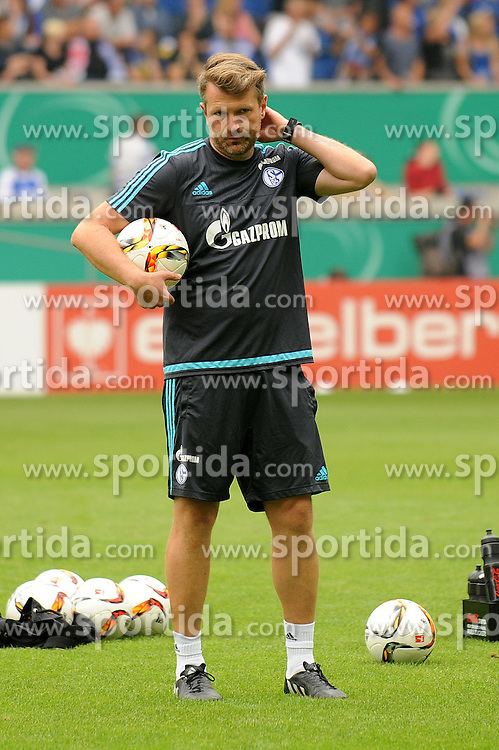 08.08.2015, Schauinsland Reisen Arena, Duisburg, GER, DFB Pokal, MSV Duisburg vs Schalke 04, im Bild Co-Trainer Sven Huebscher ( Schalke 04 ) beobachtet das Aufwaermtraining. // during German DFB Pokal first round match between MSV Duisburg and Schalke 04 at the Schauinsland Reisen Arena in Duisburg, Germany on 2015/08/08. EXPA Pictures &copy; 2015, PhotoCredit: EXPA/ Eibner-Pressefoto/ Thienel<br /> <br /> *****ATTENTION - OUT of GER*****
