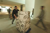 27 APR 2001, BERLIN/GERMANY:<br /> Mitarbeiter der Firma Grohmann bringen Umzugskartons in das neue Bundeskanzleramt<br /> IMAGE: 20010427-01/02-22<br /> KEYWORDS: Kanzleramt, Umzug, Karton, Arbeiter