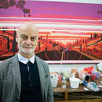 BEIJING, OCT.24 : Uli Sigg, Kunstsammler und Wegweiser fuer Chinesische zeitgenoessische Kunst, im Atelier des Kuenstlers Liu Wei.