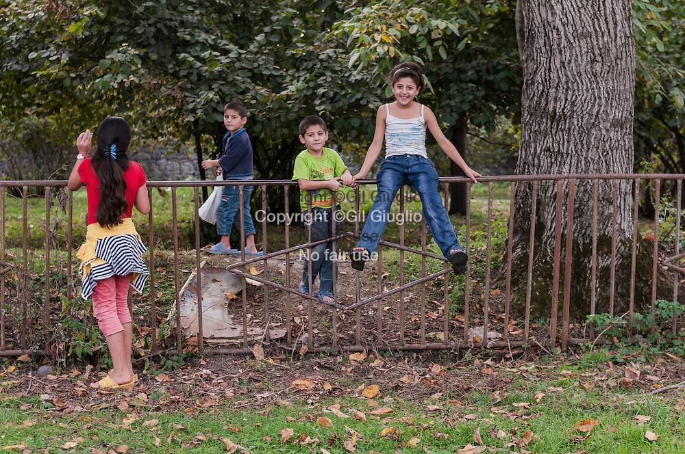 Azerbaïdjan, enfants bord de route entre Gabala et Sheky// Azerbaidjan, childrens village along the road between Gabal and Sheky