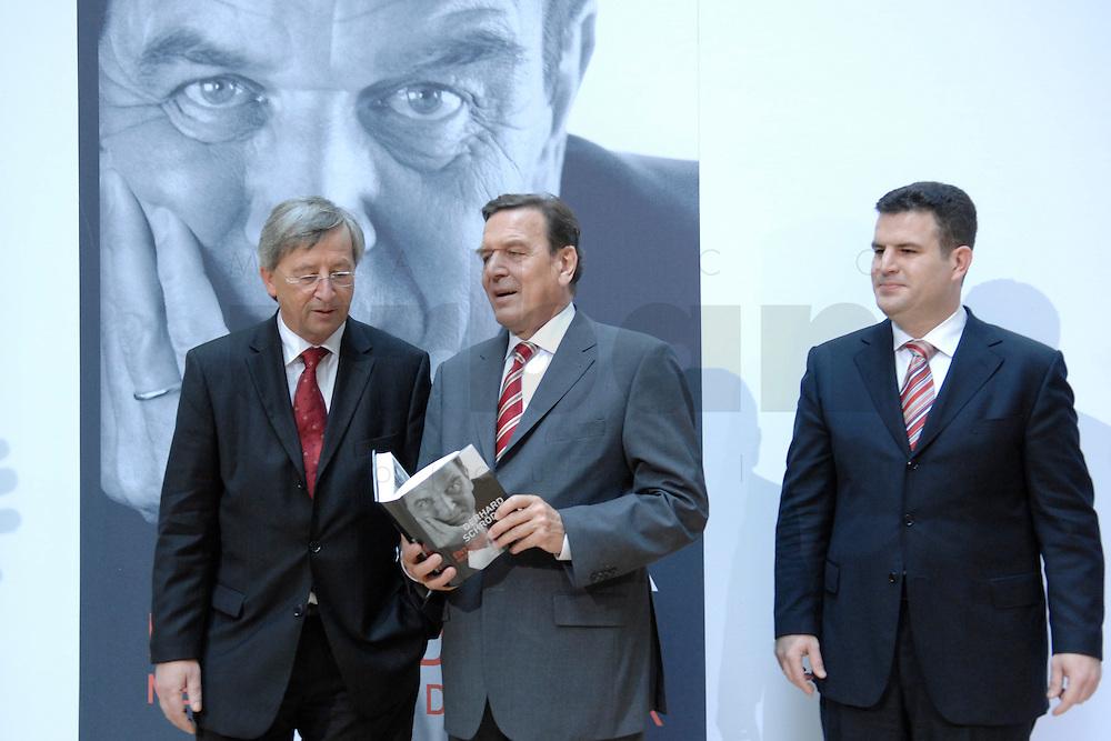 """26 OCT 2006, BERLIN/GERMANY:<br /> Jean-Claude Juncker, Premierminister Luxenburg, Gerhard Schroeder, SPD, Bundeskanzler a.D., Hubertus Heil, SPD Generalsekretaer, (v.L.n.R.), zu Beginn einer Pressekonferenz zur Vorstellung seines Buches """"Entscheidungen. Mein Leben in der Politik"""", Willy-Brandt-Haus<br /> IMAGE: 20061026-01-011<br /> KEYWORDS: Gerhard Schröder, Autobiografie, Biografie, Buch"""