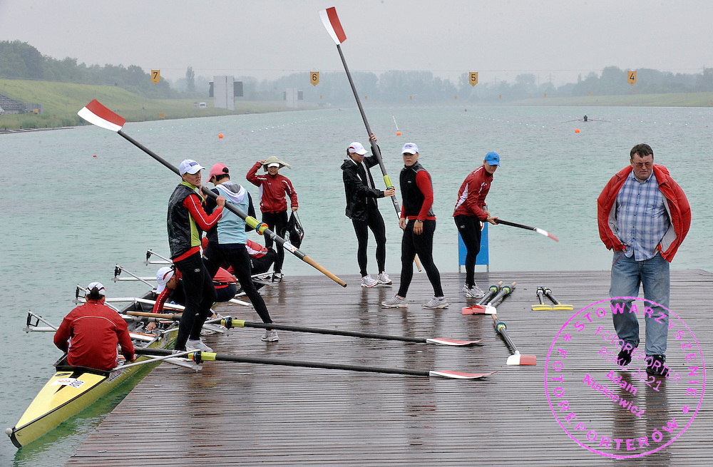 WOMEN'S EIGHT AND THEIR TRAINER COACH KRZYSZTOF GAWRYLEWICZ (POLAND) AFTER TREINING SESSION DURING REGATTA ROWING WORLD CUP IN MUNICH, GERMANY...GERMANY , MUNICH , JUNE 16, 2010..( PHOTO BY ADAM NURKIEWICZ / MEDIASPORT )..PICTURE ALSO AVAIBLE IN RAW OR TIFF FORMAT ON SPECIAL REQUEST.