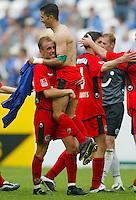 Fussball  1. Bundesliga Saison 2002/2003  32. Spieltag Schalke 04 - Hannover 96  0:2            Jubel: Altin LALA freut sich auf den Armen von Jaime SANCHEZ ueber den Sieg.