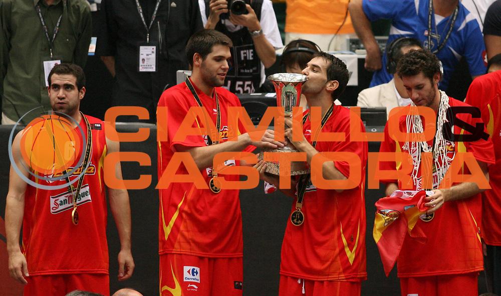 DESCRIZIONE : Saitama Giappone Japan Men World Championship 2006 Campionati Mondiali Final Greece-Spain <br /> GIOCATORE : Team Spagna Coppa <br /> SQUADRA : Spain Spagna <br /> EVENTO : Saitama Giappone Japan Men World Championship 2006 Campionato Mondiale Final Greece-Spain <br /> GARA : Greece Spain Grecia Spagna <br /> DATA : 03/09/2006 <br /> CATEGORIA : Esultanza Premiazione <br /> SPORT : Pallacanestro <br /> AUTORE : Agenzia Ciamillo-Castoria/T.Wiedensohler <br /> Galleria : Japan World Championship 2006<br /> Fotonotizia : Saitama Giappone Japan Men World Championship 2006 Campionati Mondiali Final Greece-Spain <br /> Predefinita :