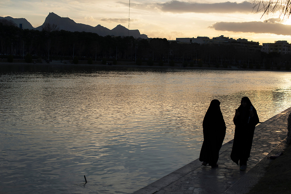 """In the evening, many """"esfahani"""" walk or picnic at the edge of the river Zayandeh"""