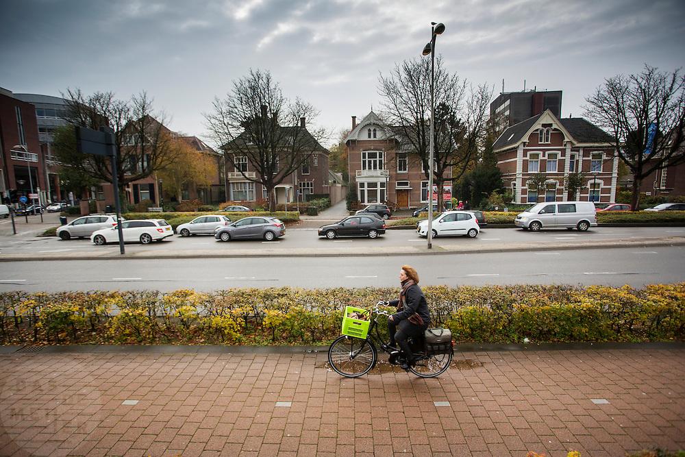 In Amersfoort fietst een vrouw over een betegeld fietspad.<br /> <br /> In Amersfoort a woman cycles on a bike lane.