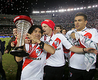 Fotball<br /> Argentina<br /> Foto: PikoPress/Digitalsport<br /> NORWAY ONLY<br /> <br /> River Plate Ariel Ortega holds up the trophy as he celebrates with teammates after they clinched their 33th Argentine First Division championship at the end of their soccer match against OIimpo at Monumental stadium in Buenos Aires, June 8, 2008