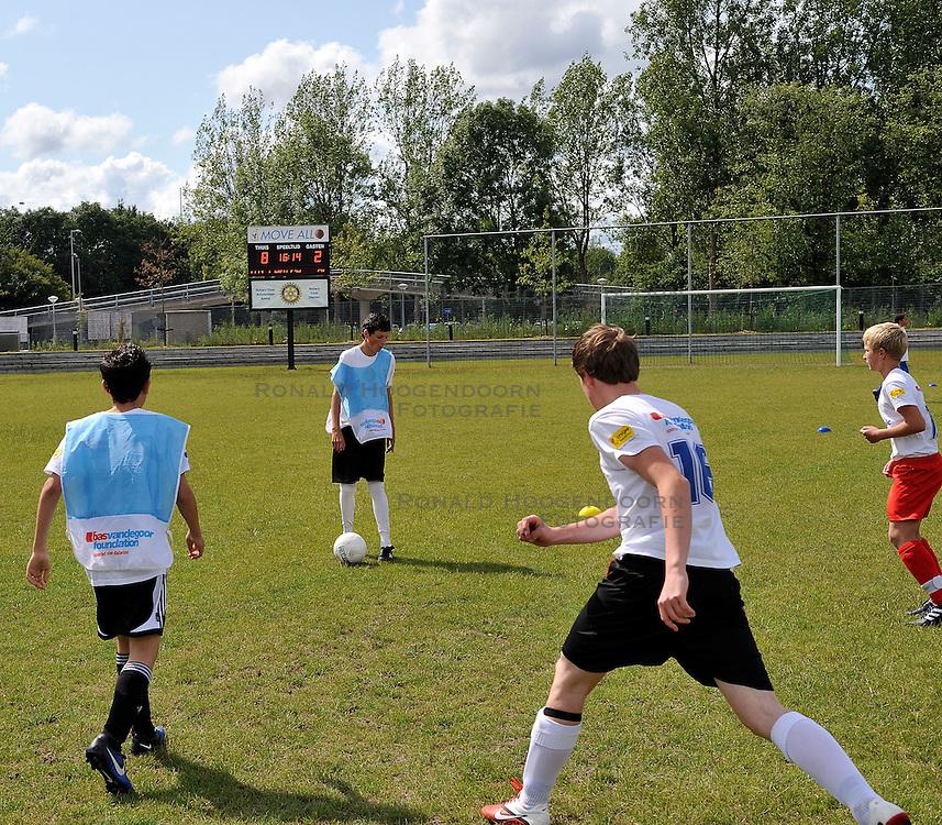 11-06-2011 VOETBAL: SELECTIE WK JUNIOR CUP DIABETES: AMSTERDAM<br /> Op Cruyff court Amsterdam werd de laatste test gehouden.<br /> &copy;2011-FotoHoogendoorn.nl