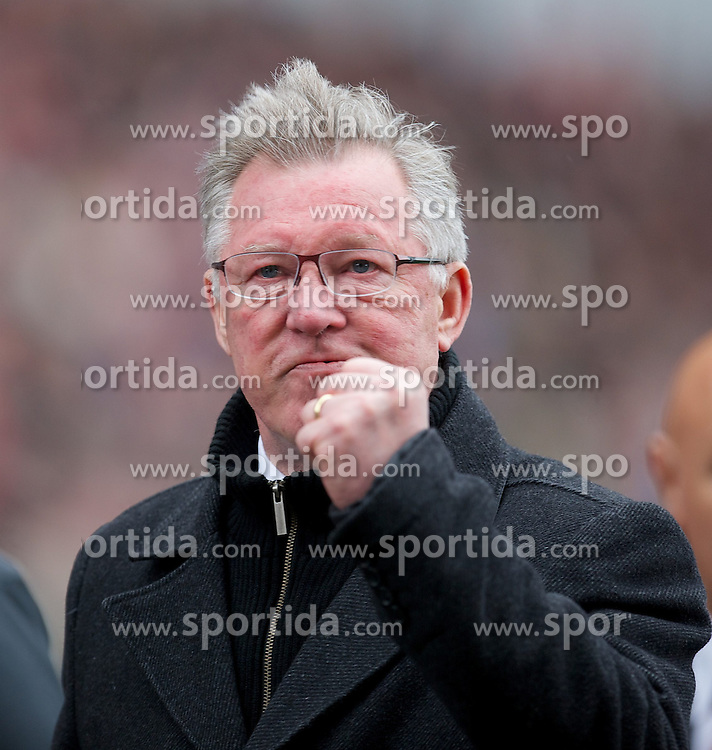 14.04.2013, Britannia Stadion, Stoke on Trent, ENG, Premier League, Stoke City vs Manchester United, 33. Runde, im Bild Manchester United's manager Alex Ferguson gives a fist salute to the travelling supporters during the English Premier League 33th round match between Stoke City FC and Manchester United at the Britannia Stadium, Stoke on Trent, Great Britain on 2013/04/14. EXPA Pictures © 2013, PhotoCredit: EXPA/ Propagandaphoto/ David Rawcliffe..***** ATTENTION - OUT OF ENG, GBR, UK *****