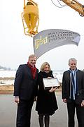 Start bouw nieuw Militaire Luchtvaartmuseum in Soesterberg Op het noordelijke gedeelte van de voormalige vliegbasis Soesterberg <br /> <br /> Op de foto:  minister van Defensie Jeanine Hennis-Plasschaert geeft een start voor de bouw samen met de heren Hillen (Heijmans) en Sikkel ( stuurgroep Defensiemuseum)