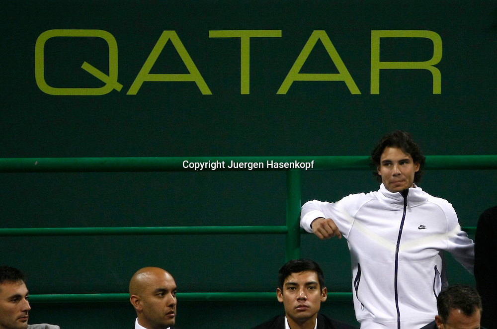 Qatar Exxon Mobil  Open 2010, 250 ATP World Tour, Herren Tennis Turnier in Doha, Khalifa International Tennis Complex, Rafael Nadal als Zuschauer beim Match von Roger Federer (SUI),....Photo: Juergen Hasenkopf....